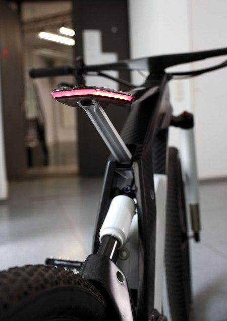 Đèn xe được tích hợp ngay vào yên và phần tay lái của xe giúp xe có được thiết kế ấn tượng.
