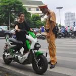 Nhiều người đi xe máy điện tìm cách né cảnh sát